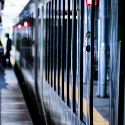 駅ホームで停車中のリゾートしらかみ(ブナ編成)の写真