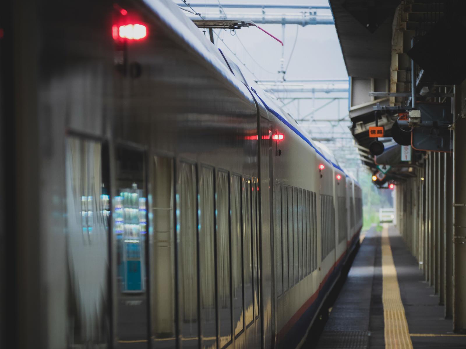 「駅ホームに停車中の出発前車両駅ホームに停車中の出発前車両」のフリー写真素材を拡大