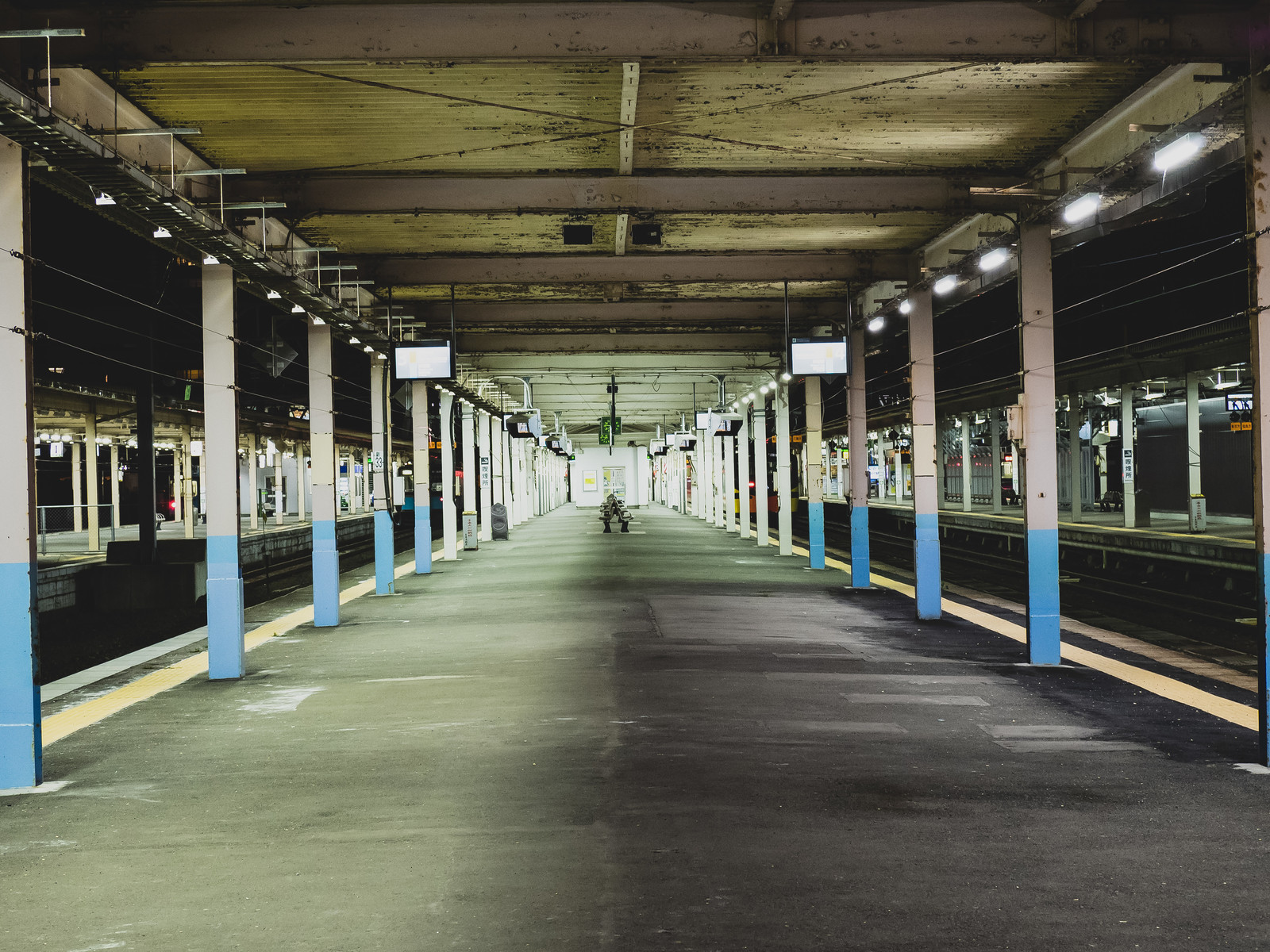 「静寂に包まれる夜間のホーム(JR青森駅)」の写真