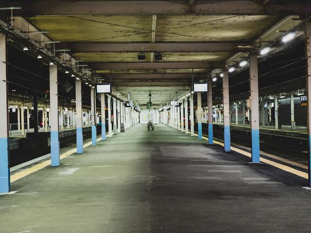 静寂に包まれる夜間のホーム(JR青森駅)の写真