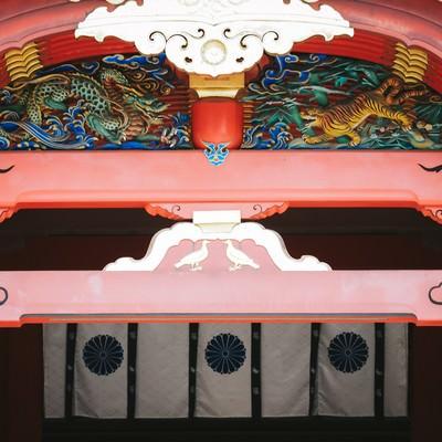 梁の中備に施された彫刻(石清水八幡宮本殿)の写真