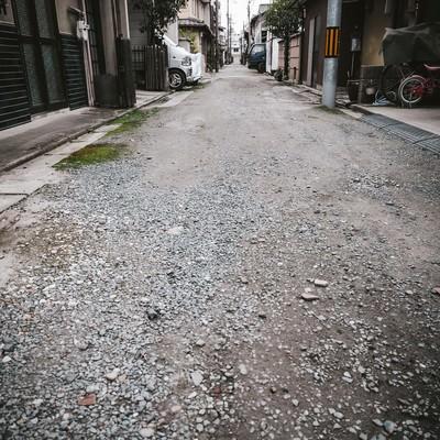 路地裏にある砂利道の写真