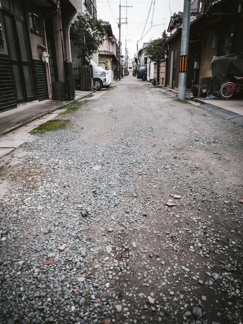 「路地裏にある砂利道」の写真