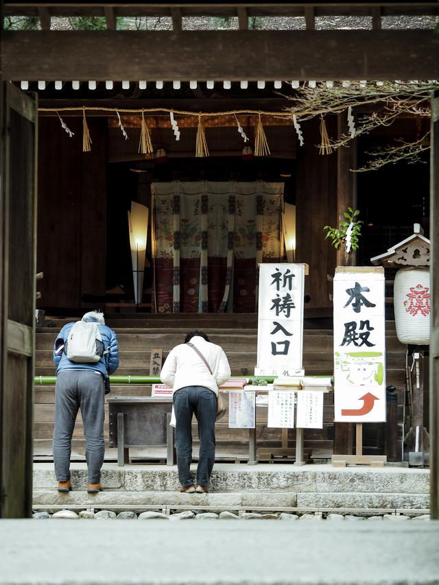 宇治上神社に祈願中の参拝客の写真