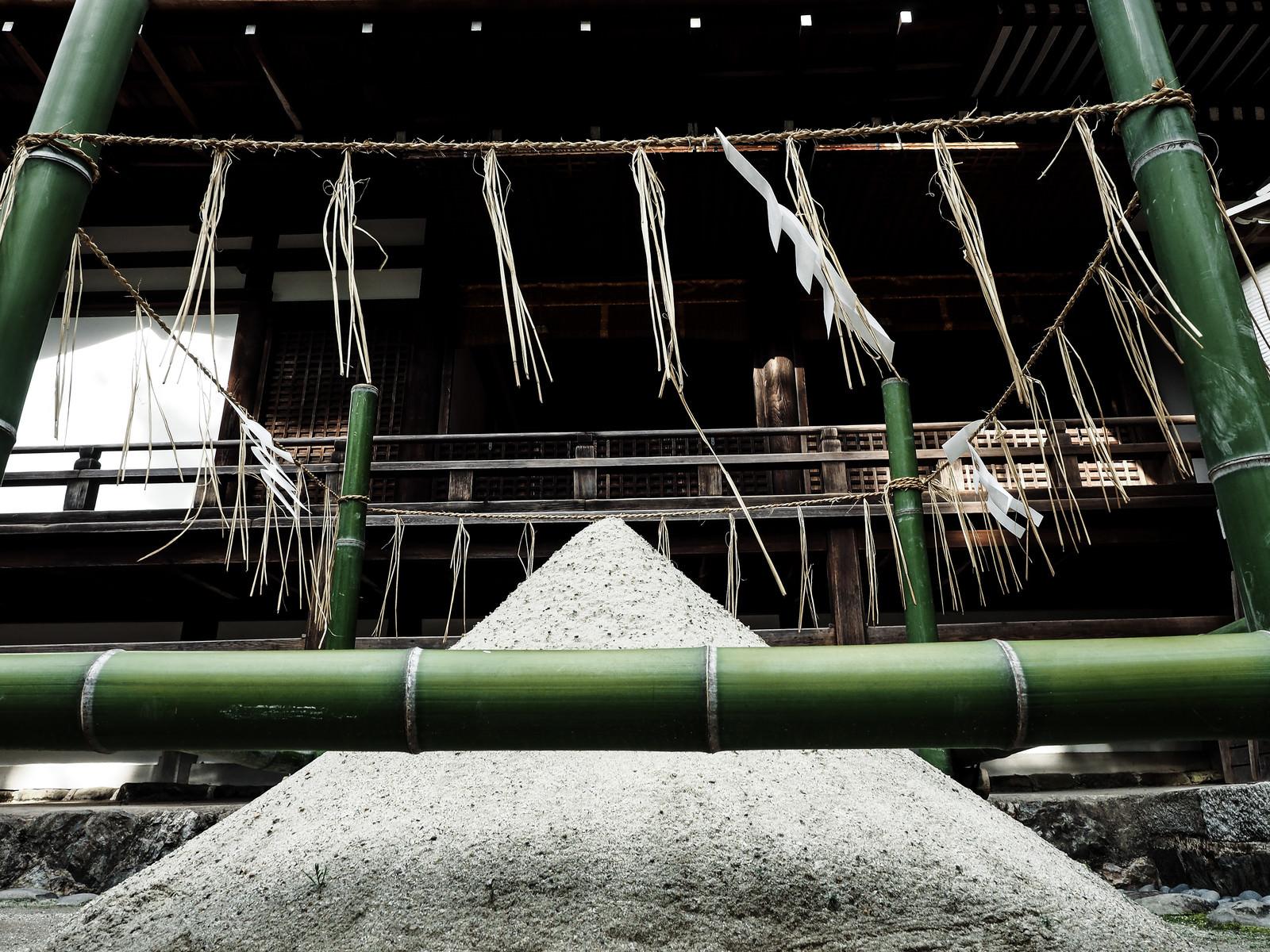 「宇治上神社境内にある清め砂」の写真