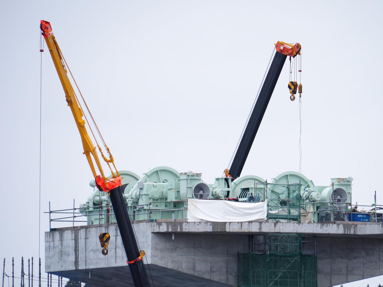 「復興作業中の気仙川水門とクレーン車」の写真