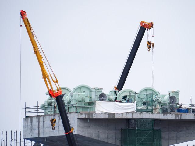 復興作業中の気仙川水門とクレーン車の写真