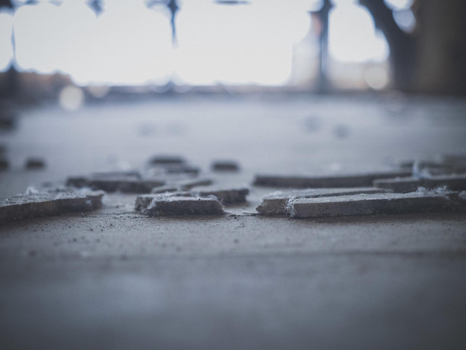 「廃墟の床に残るコンクリート片」の写真