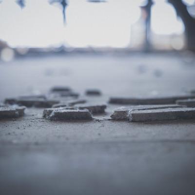 廃墟の床に残るコンクリート片の写真