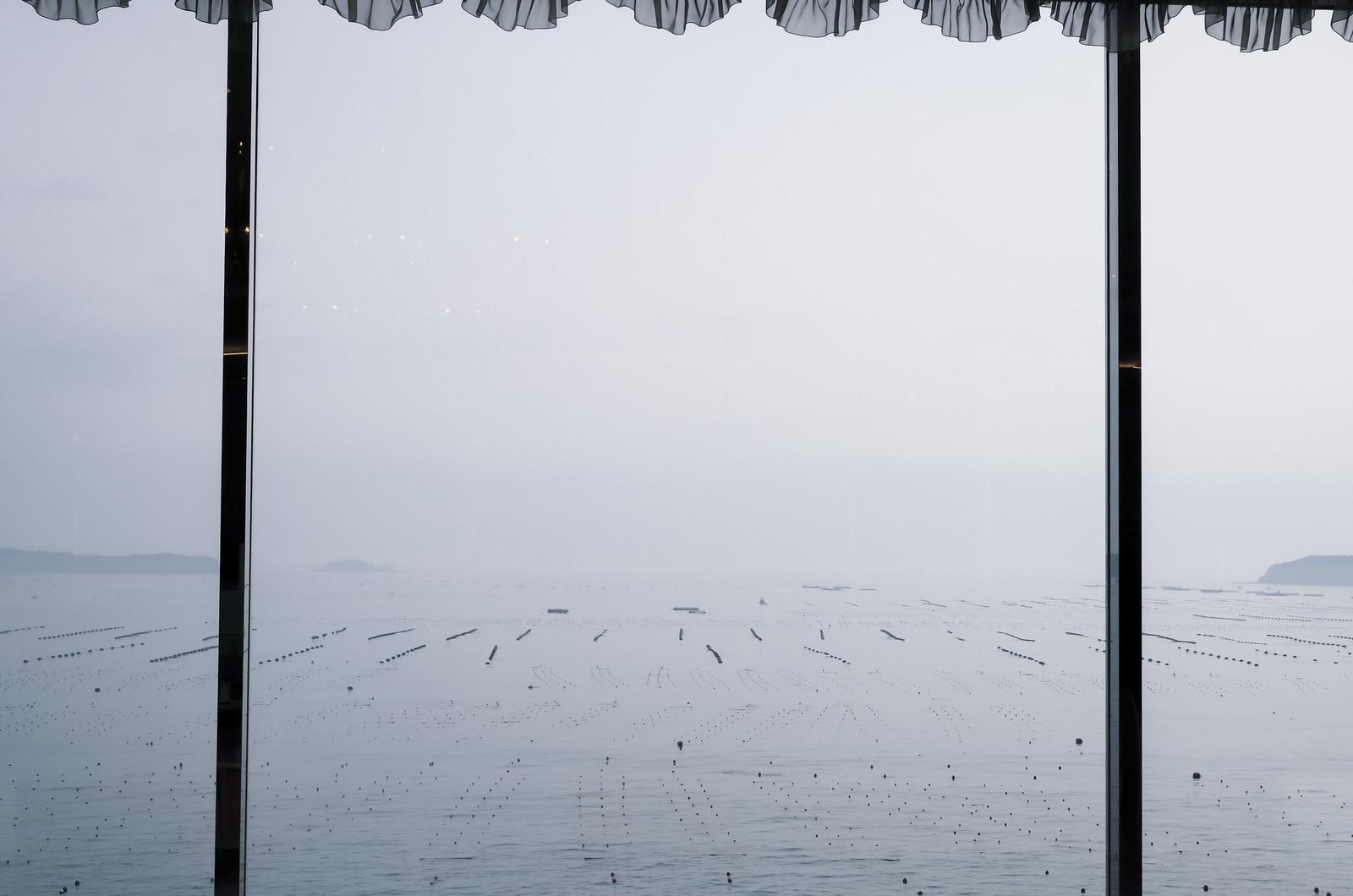 「窓越しに見る志津川湾」の写真