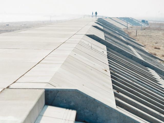 新しく完成した防潮堤の写真