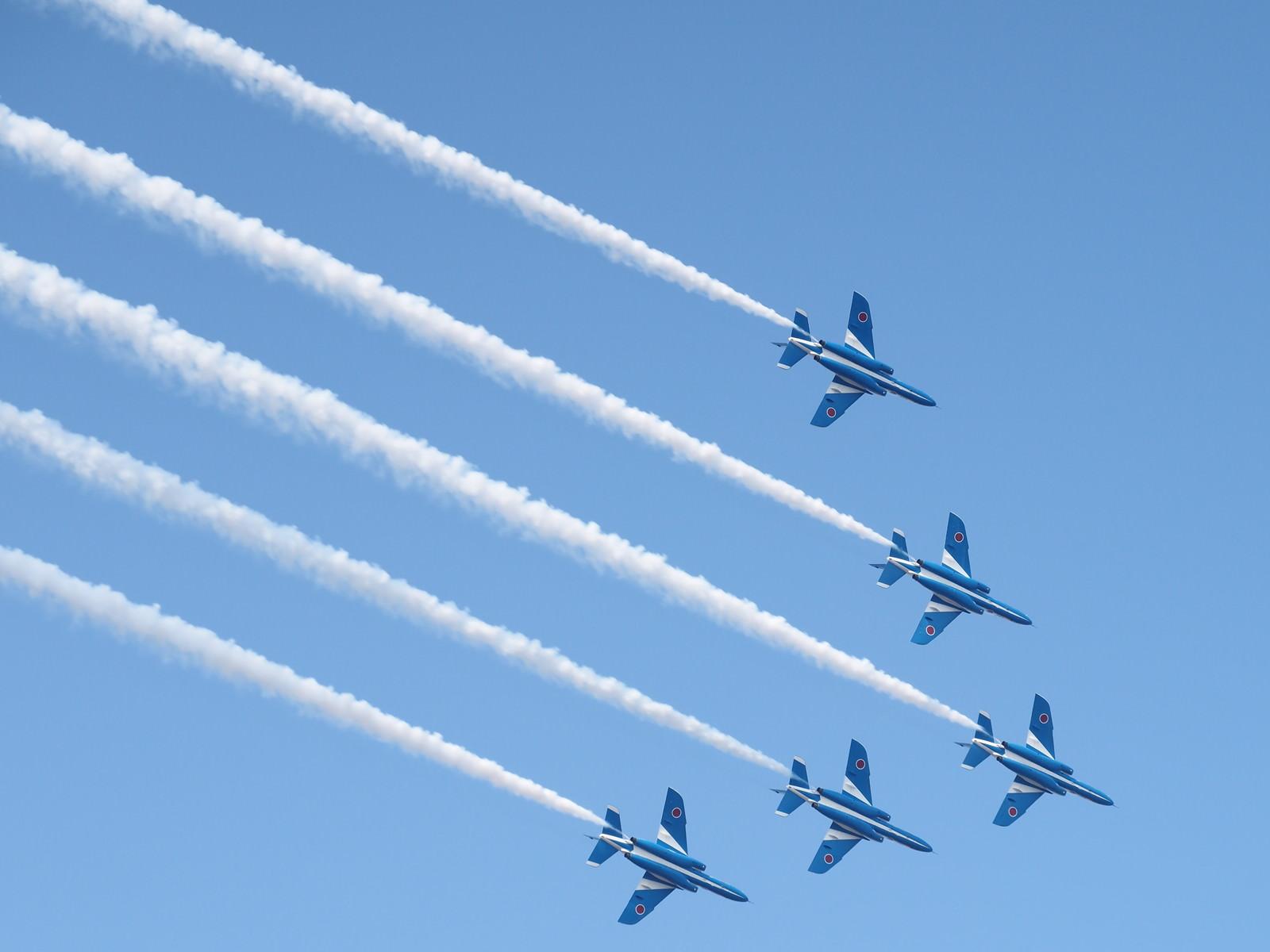 「青空に映える美しき翼(ブルーインパルス)」の写真