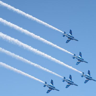 青空に映える美しき翼(ブルーインパルス)の写真
