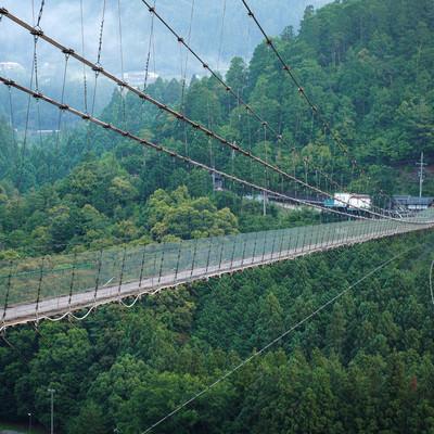高所恐怖症には難易度の高い谷瀬の吊り橋の写真