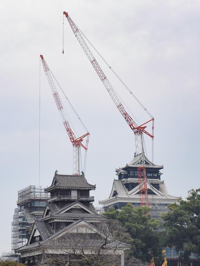復興中の熊本城本丸とクレーンの写真