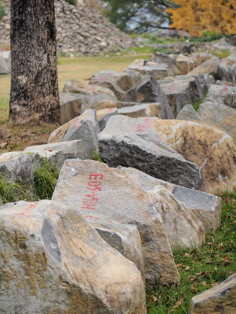 「復興を待つ石垣(熊本城)」の写真
