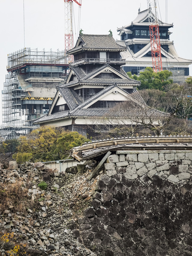 復興中の熊本城と崩れた石垣の写真