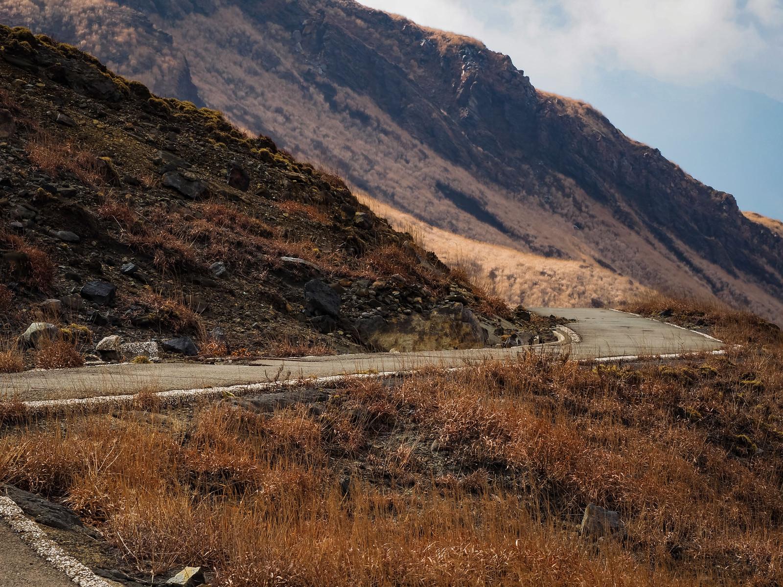 「荒れ果てた山へと続く道路」の写真