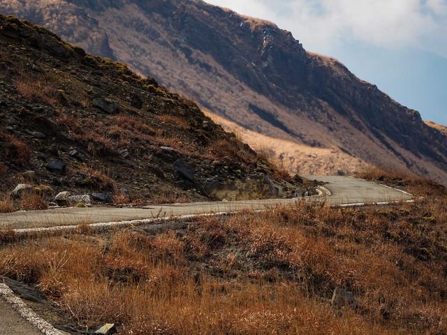 荒れ果てた山へと続く道路の写真