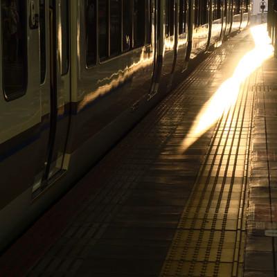 JR大阪駅と夕暮れに染まる車両の写真