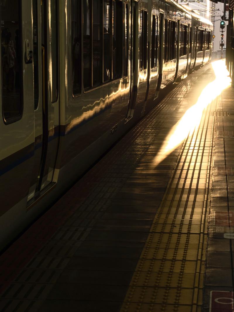 「JR大阪駅と夕暮れに染まる車両」の写真