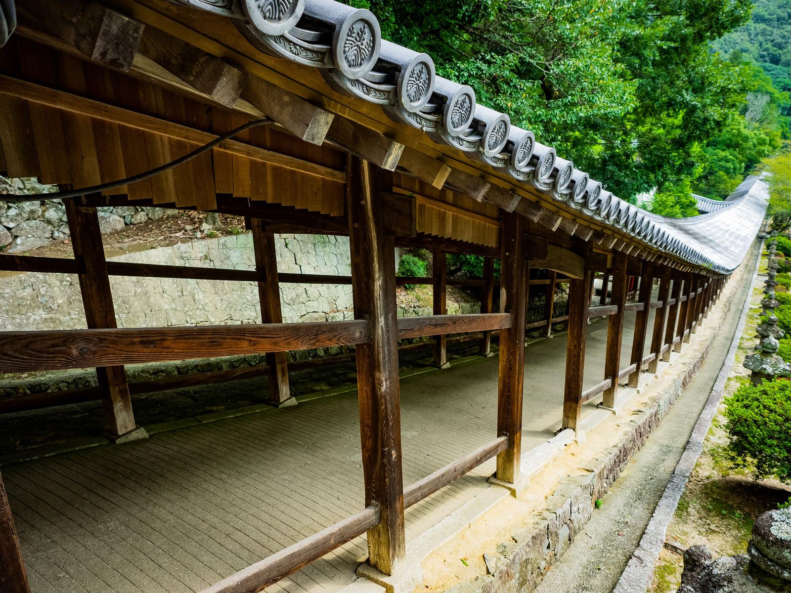 「吉備津神社にある傾斜の続く長い回廊」の写真
