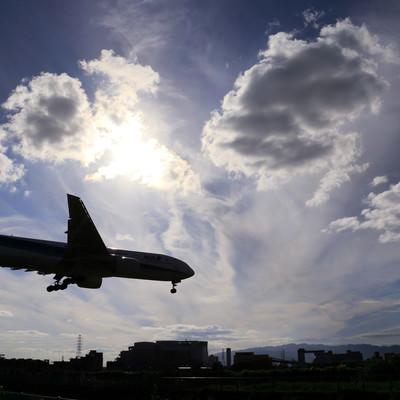 「秋澄む中の着陸」の写真素材