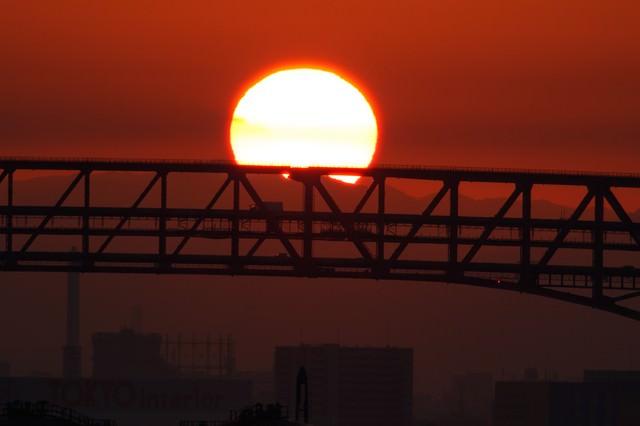 大阪港の陸橋と朝日の写真