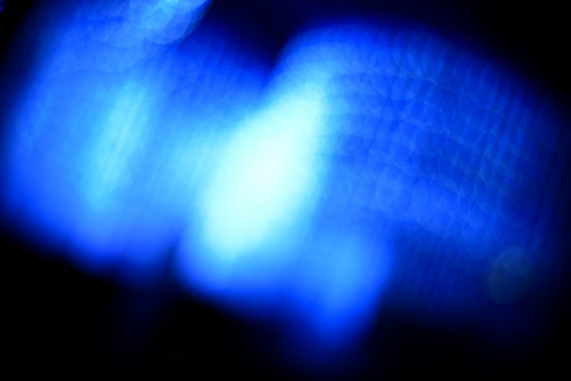 夜の青白い光の写真