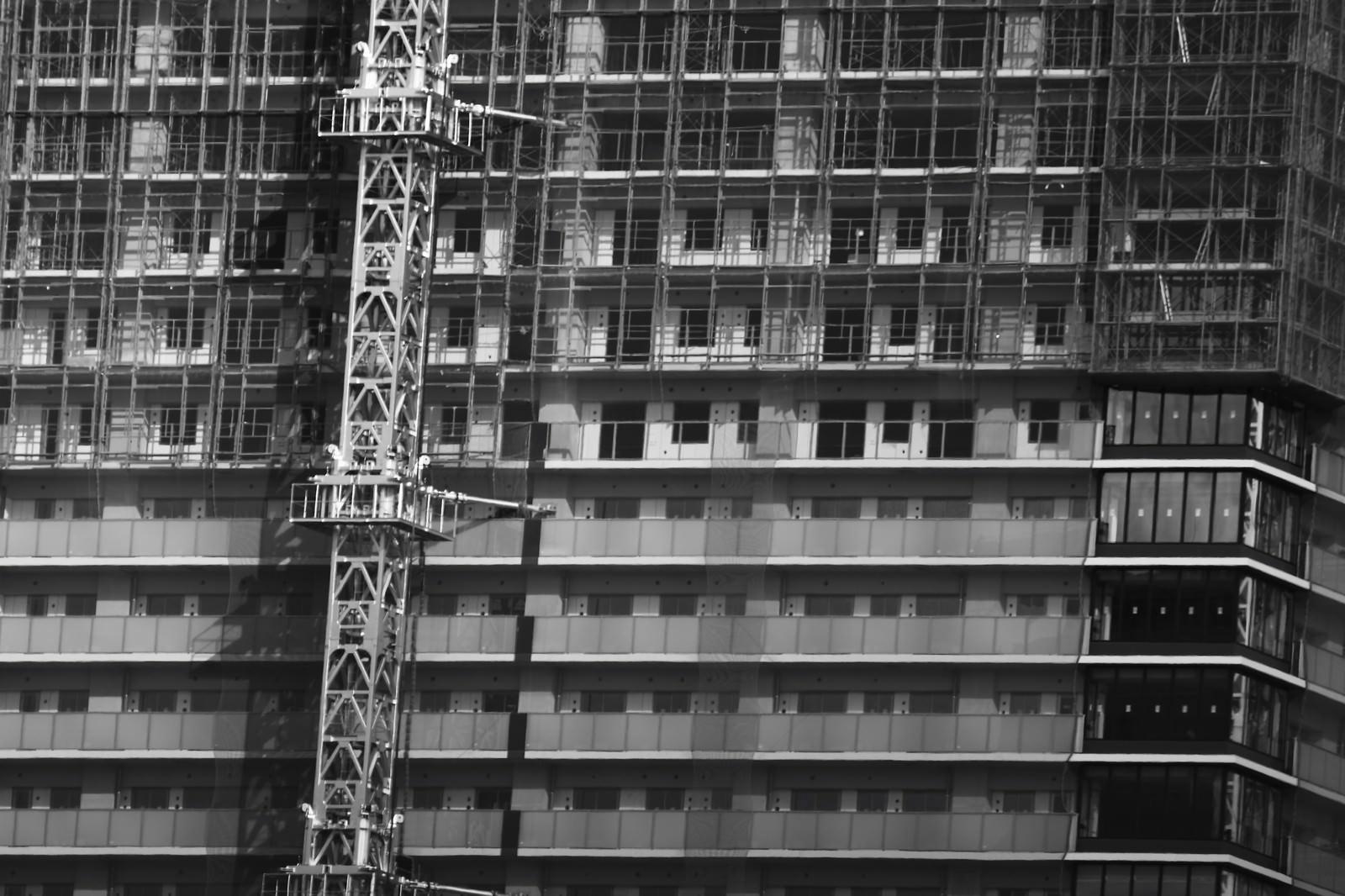 「足場が組まれた高層階足場が組まれた高層階」のフリー写真素材を拡大