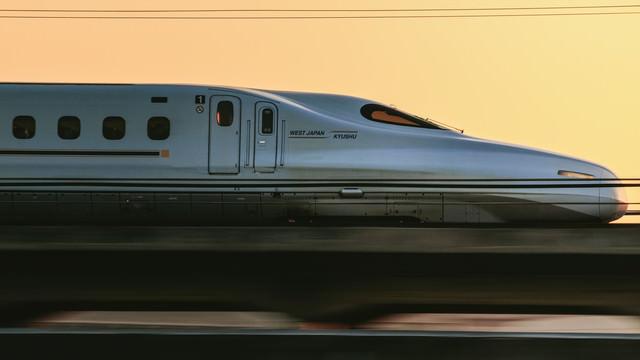 走行中の新幹線(WEST JAPAN KYUSHU)の写真
