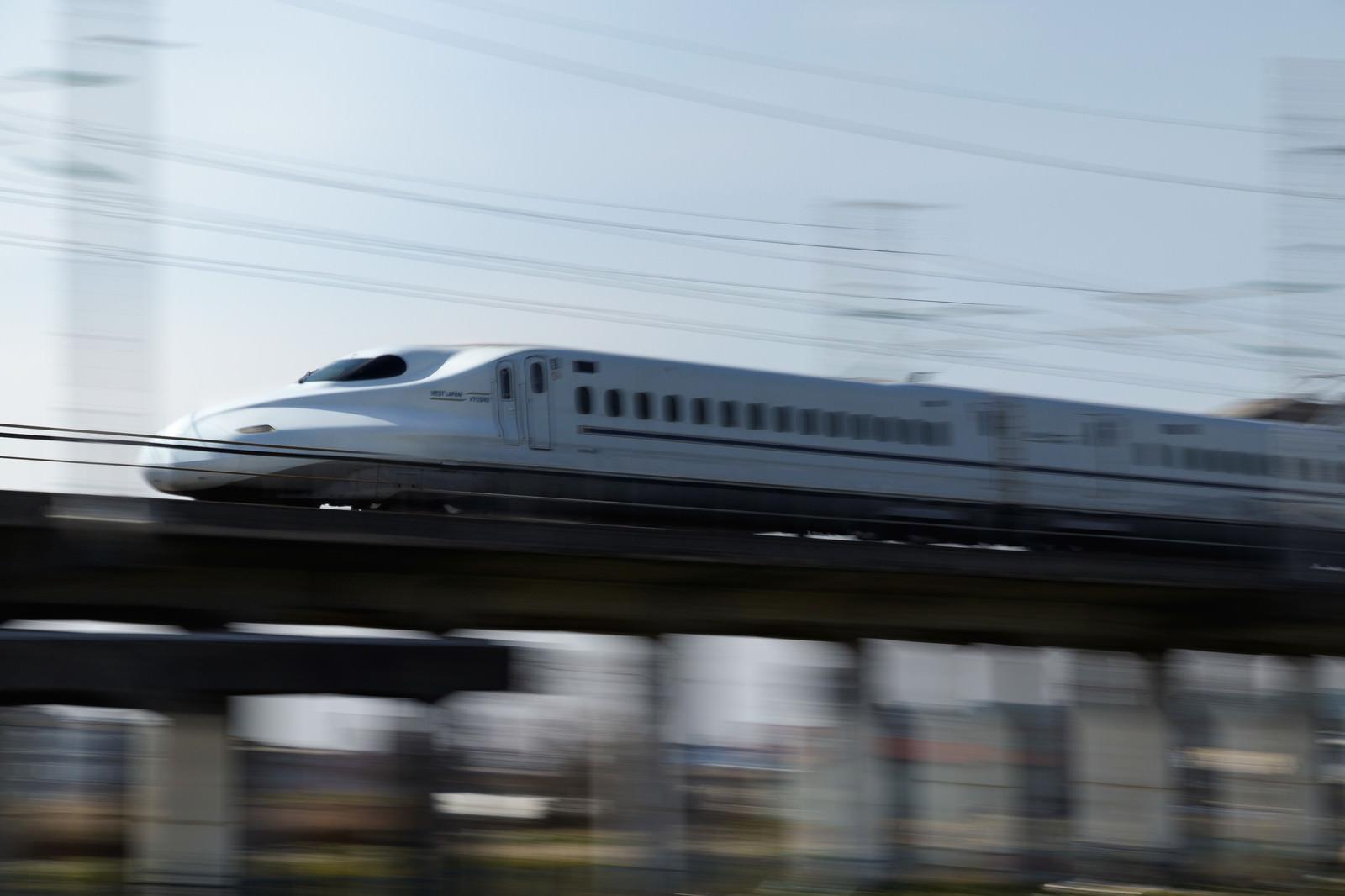 「空気を切り裂いて走行するN700系」の写真