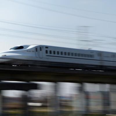 「空気を切り裂いて走行するN700系」の写真素材