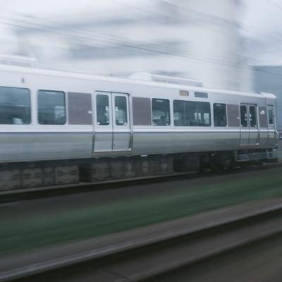 「走行中の電車」の写真素材