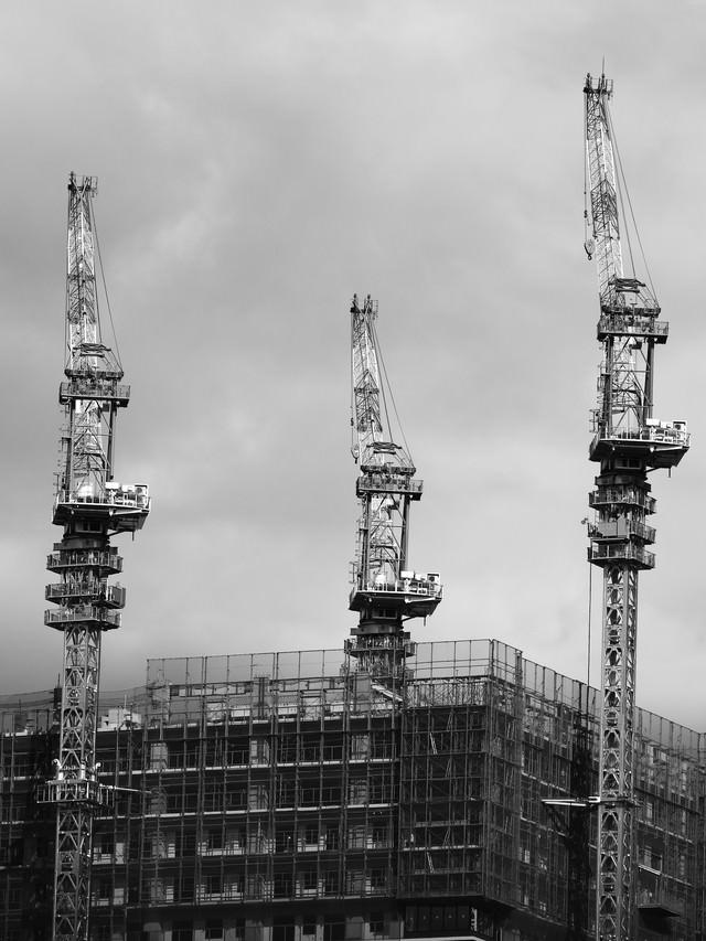 建設中のビル(クレーン)の写真