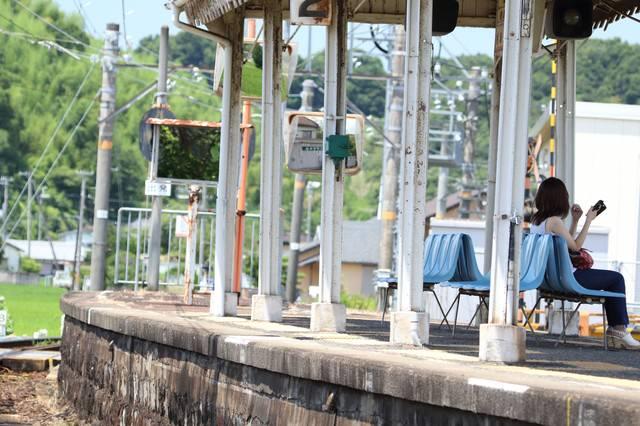 ローカル線ホームの爽夏の写真