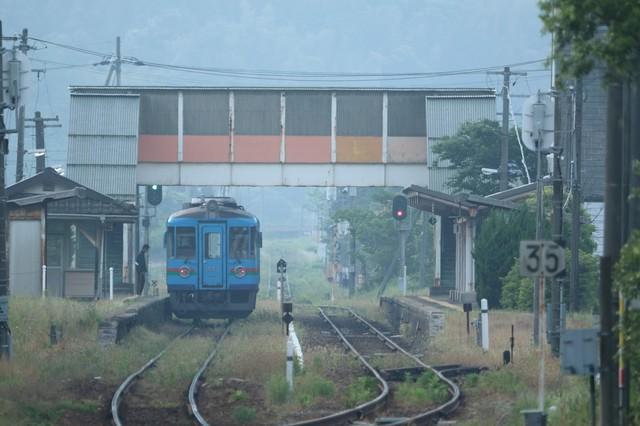 地方のローカル線と長閑な風景の中の一コマの写真
