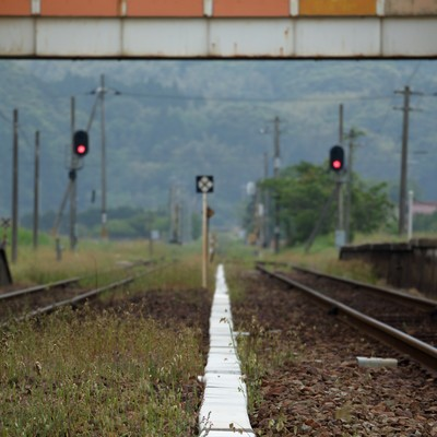 「田舎のホームと線路」の写真素材