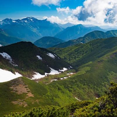 「雪が残る山間、乗鞍新登山道から見える景観」の写真素材
