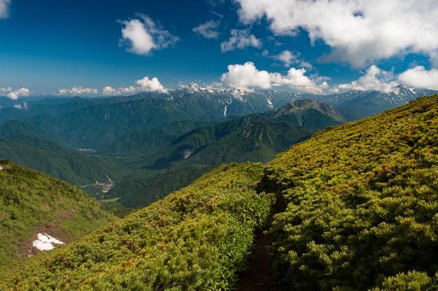 乗鞍新登山道と北アルプスの山の写真