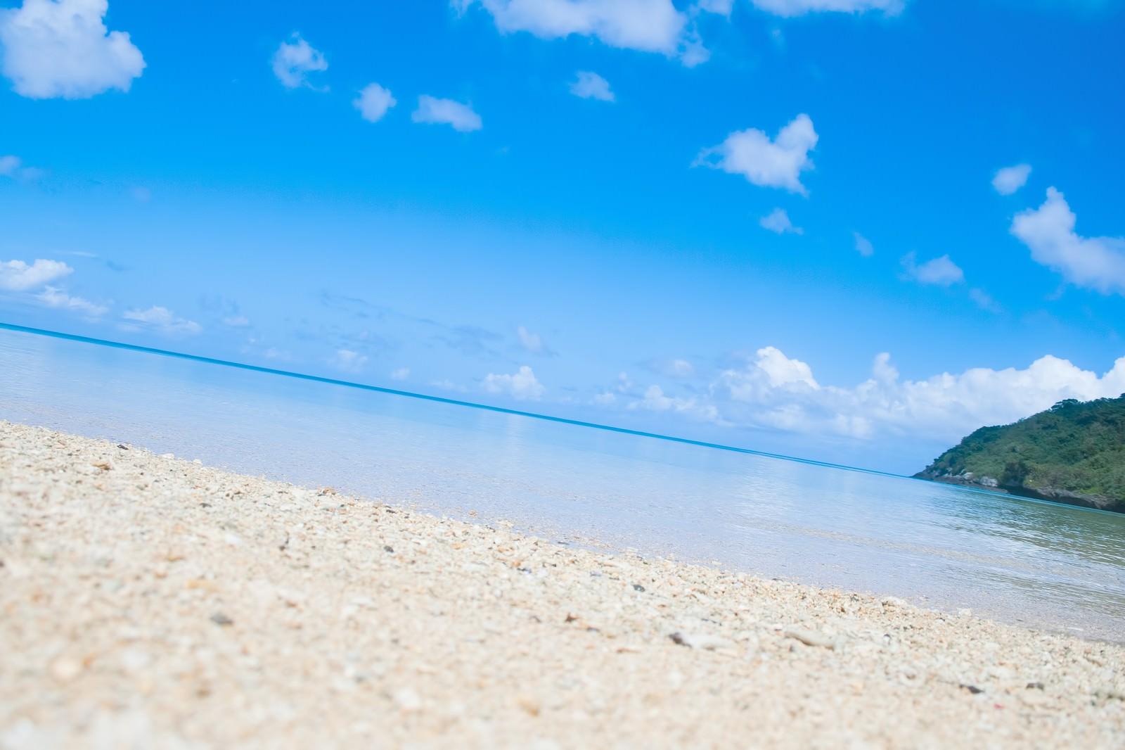 「青く透き通った沖縄の海」の写真