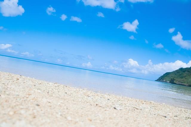 青く透き通った沖縄の海の写真