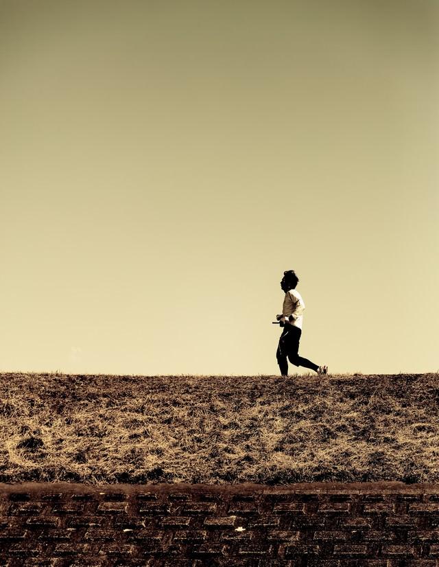 河川敷を走るランナー(夕暮れ)の写真