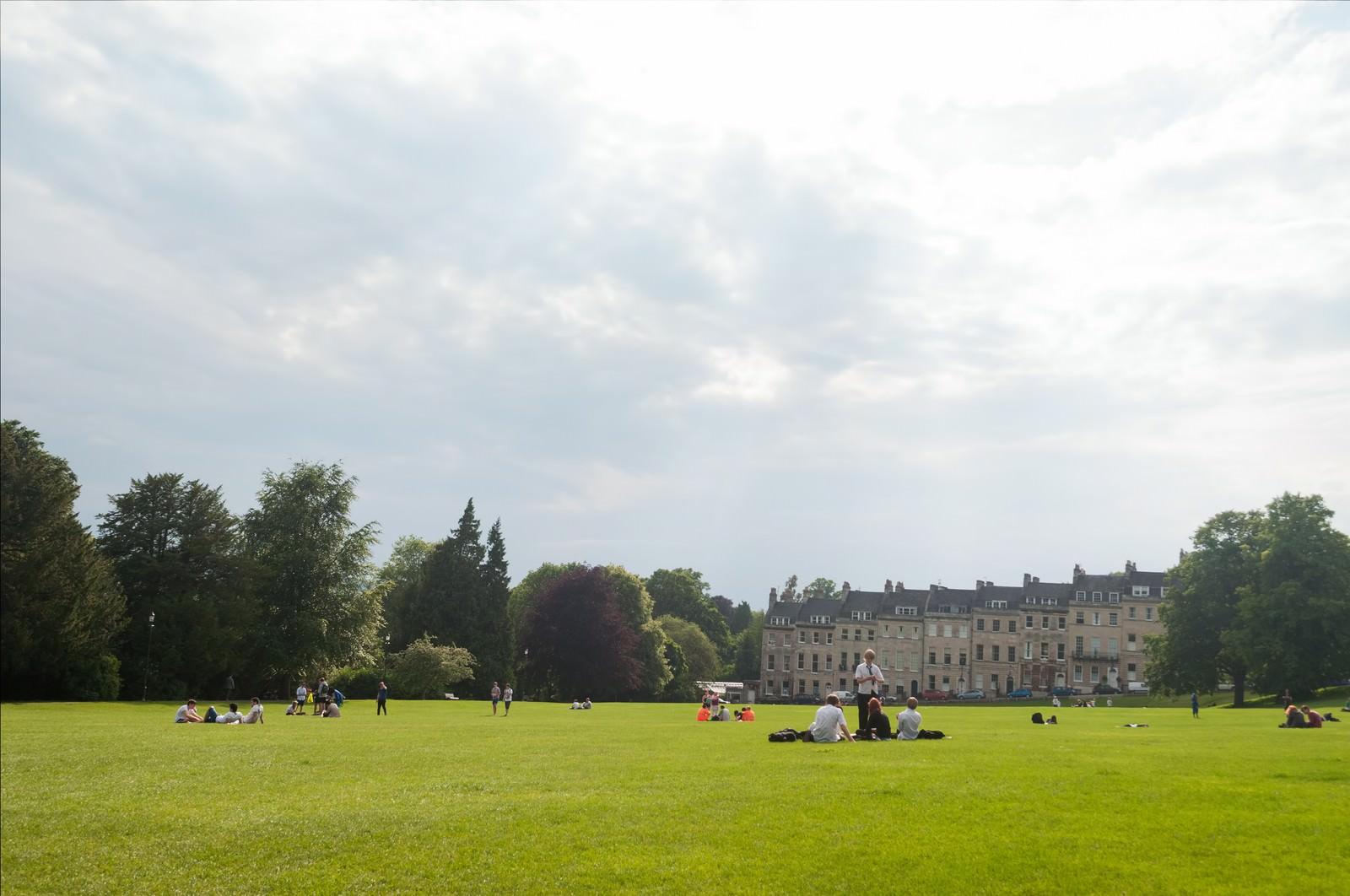 「芝生の上でくつろぐ海外の学生(バース)」の写真