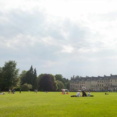 「芝生の上でくつろぐ海外の学生(バース)」の写真素材