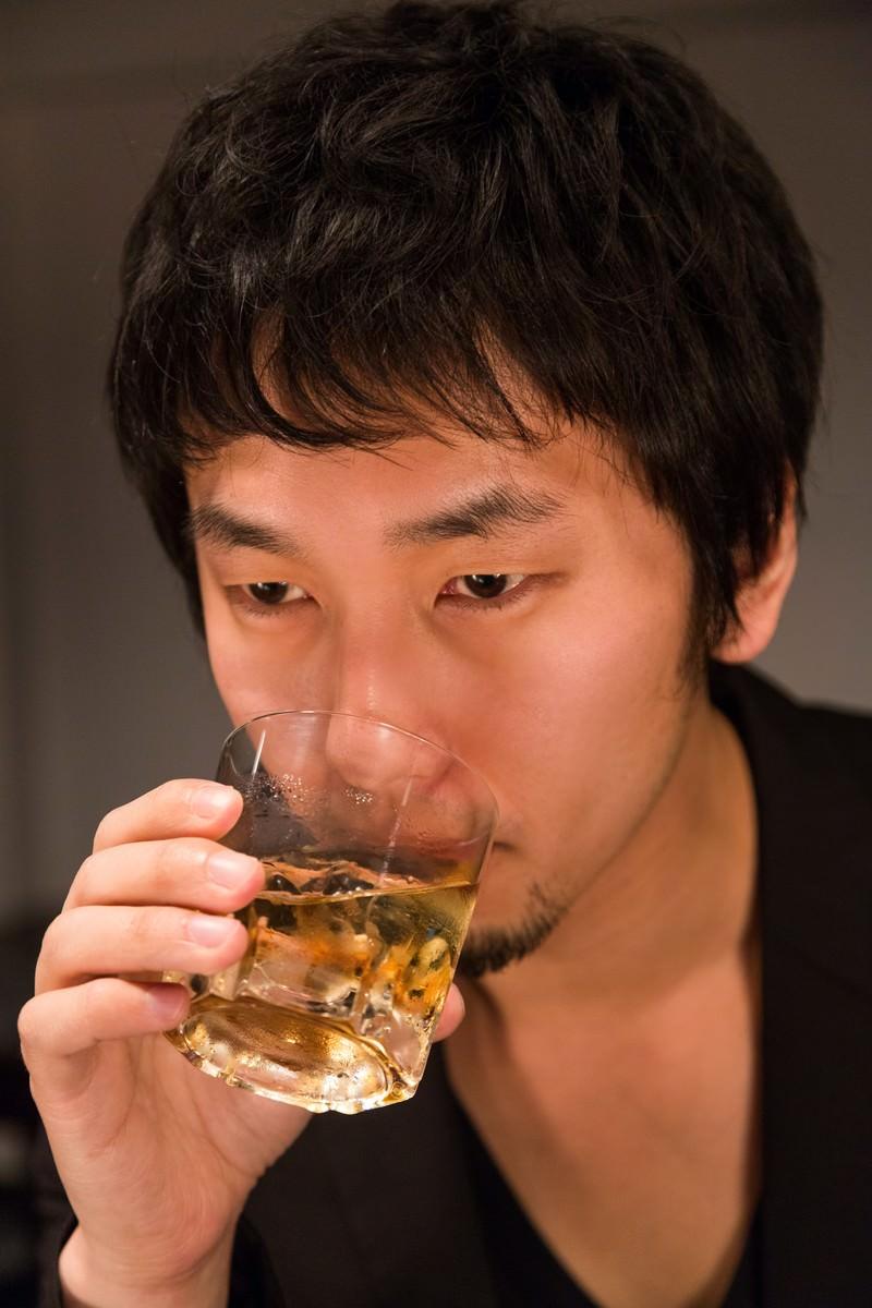 「「マイルドな口当たり」とウィスキーを飲む男性 | 写真の無料素材・フリー素材 - ぱくたそ」の写真[モデル:大川竜弥]