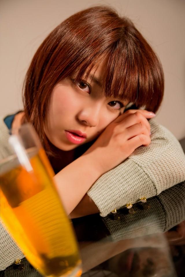 「酔っちゃった」とこちらを覗き込む女の子の写真