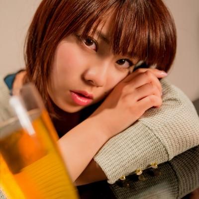 「「酔っちゃった」とこちらを覗き込む女の子」の写真素材