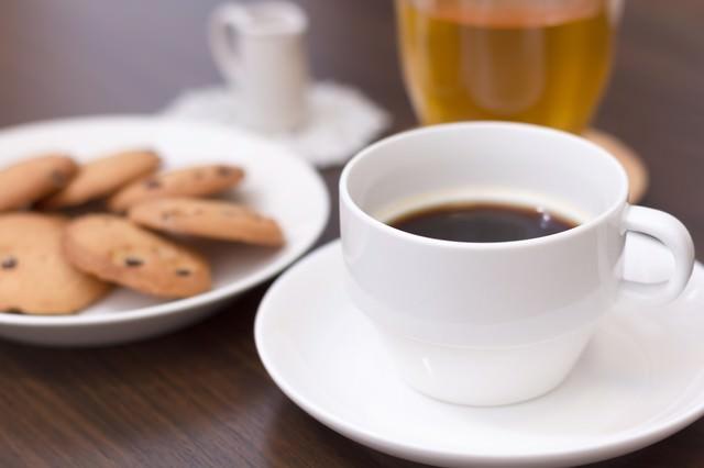 午後のティータイム。コーヒーとクッキーの写真