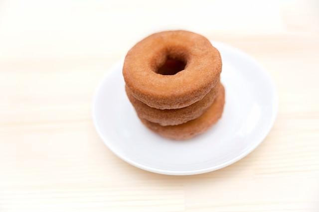重ねられたドーナツの写真